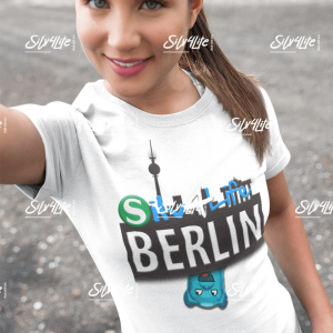 selfie-mockup-of-a-pretty-girl-about-to-go-for-a-walk-a16904